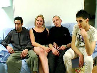 Amatrice blonde baise trois inconnus