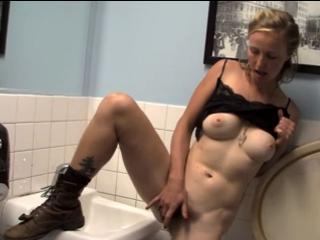 Il filme sa femme dans les toilettes publiques
