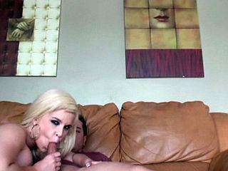 Suceuse blonde prise en levrette